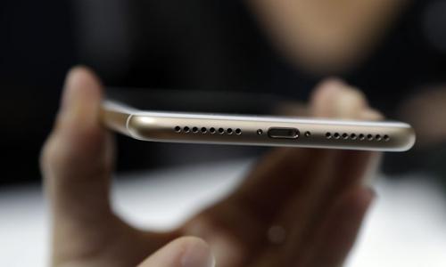 Các nhà khoa học hy vọng sớm có thể tạo ra sản phẩm từ sợi phủ polymer dẫn điện để sạc điện thoại thông minh. Ảnh minh họa: AP