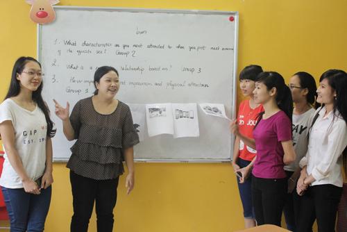 CLB tiếng Anh Paint Yourself miễn phí, sinh hoạt hàng tuần của Ms Hoa Giao tiếp.