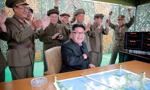 Nhà lãnh đạo Kim Jong-un và giới quân sự Triều Tiên. Ảnh: KCNA