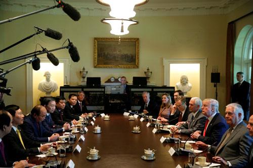 Thủ tướng Nguyễn Xuân Phúc và phái đoàn Việt Nam họp với Tổng thống Mỹ Trump và các thành viên nội các Mỹ. Ảnh: AFP