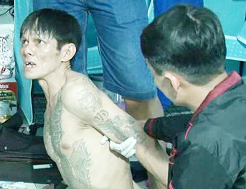 Dũng bị bắt giữ khi cảnh sát ập vào phòng trọ. Ảnh: Thế Tân.