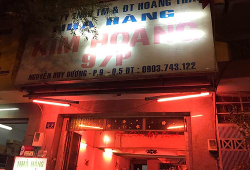 tiep-vien-karaoke-o-sai-gon-mac-bikini-phuc-vu-khach-nhau