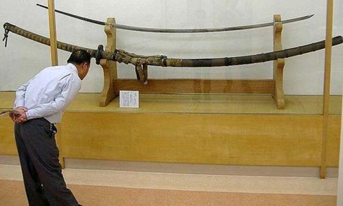 Khách tham quan tìm hiểu về thanh kiếm khổng lồ Norimitsu Odachi. Ảnh: