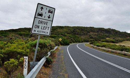 Lái xe bên nào an toàn hơn?