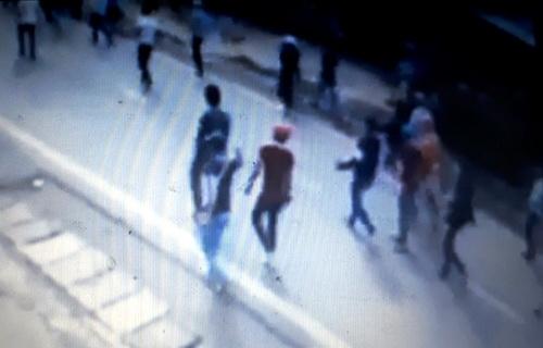 Hàng trăm thanh niên mang theo hàng nóng đi dưới đường. Ảnh: Cắt từ Video người dân