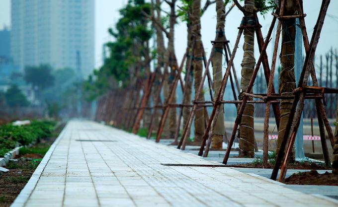 Vỉa hè rộng hơn 3m được lát đá xanh. Đường Nguyễn Xiển - Xa La con đường nghìn tỷ kết nối 3 quận của Hà Nội