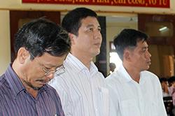 Nguyên giám đốc Sở Thông tin và Truyền thông Phú Yên cùng các đồng phạm tại tòa. Ảnh: