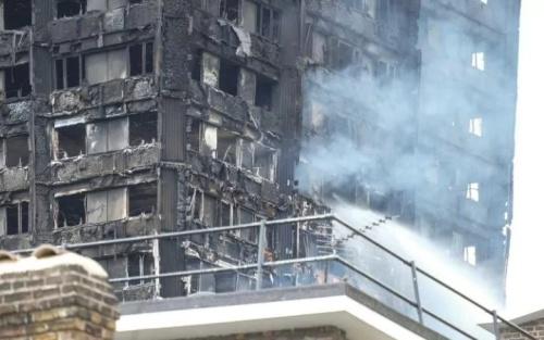 Toàn bộ chung cư cháy đen sau thảm hoạ. Ảnh: BarcroftMedia