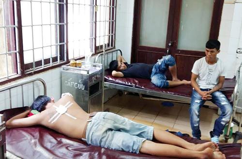 Ba thanh niên bị thương đang điều trị ở bệnh viện. Ảnh: Quốc Thịnh