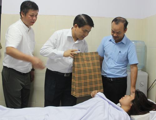 Chủ tịch Hà Nội thăm nữ công nhân môi trường bị hành hung