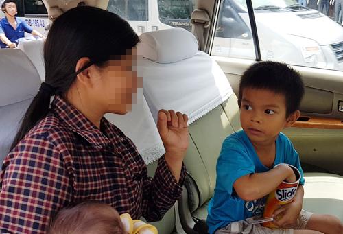 Hai bé trai bị bỏ rơi ở Sài Gòn được mẹ đến nhận