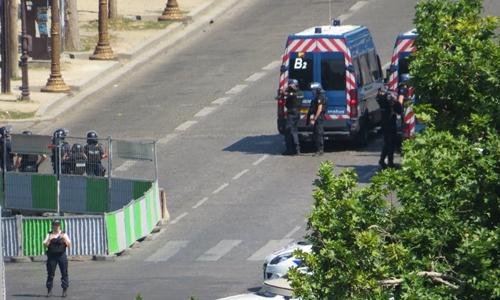 Ôtô lao vào xe tải cảnh sát gần dinh tổng thống Pháp - ảnh 1