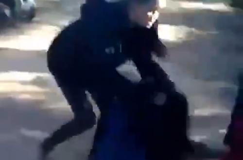 Nữ sinh lớp 9 bị 11 người kéo ra khỏi nhà, hành hung giữa đường