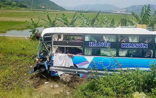 Ôtô giường nằm chở hàng chục người lao xuống ruộng