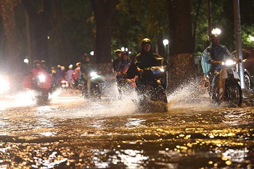Mưa to, nhiều tuyến phố Hà Nội ngập sâu
