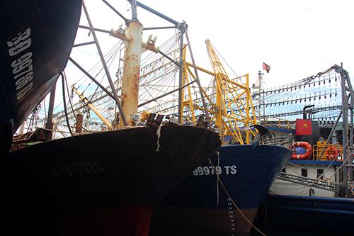 Nhiều tàu cá vỏ thép mới ra khơi vài chuyến đã rỉ sắt, hư hỏng. Ảnh: Thạch Thảo