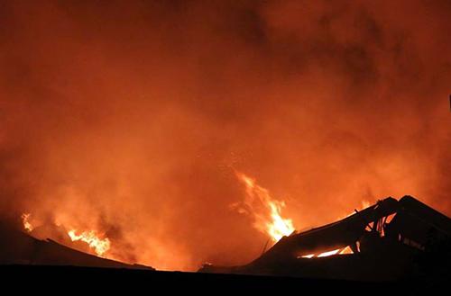 Biển lửa bao trùm nhà kho