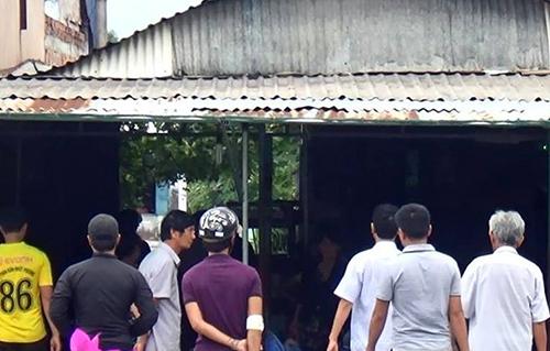 Cảnh sát khám nghiệm căn nhà của Việt tại Bình Thuận. Ảnh: Tư Huynh