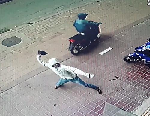 Ba cửa hàng đồng loạt bị nhóm bịt mặt ném mắm tôm 'khủng bố'