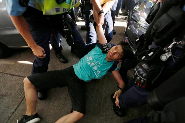 Joshua Wong, thủ lĩnh biểu tình ủng hộ dân chủ, bị bắt khi đang cố tới quảng trường. Ảnh: Reuters