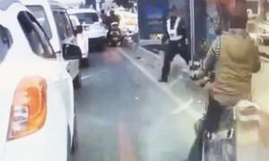 Cảnh sát núp trong bến xe buýt, bất ngờ bắt người vi phạm