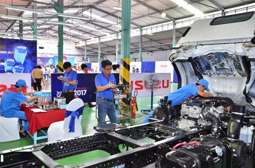 Phần thi thực hành sửa chữa xe đòi hỏi sự phối hợp ăn ý & chính xác giữa 2 kỹ thuật viên và 1 cố vấn dịch vụ.
