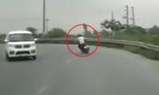 Thanh niên lao xe máy xuống bụi chuối vì vào cua ẩu