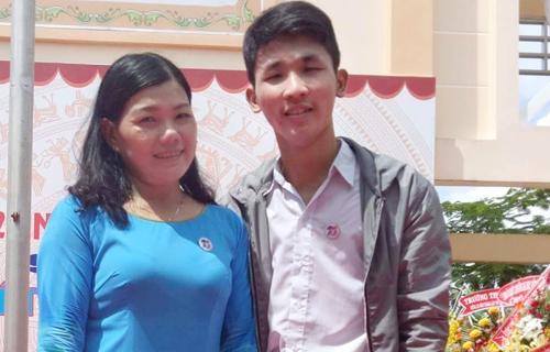 Nguyễn chụp hình lưu niệm cùng cô giáo dạy Văn tại Trường chuyên Phan Ngọc Hiển - Cà Mau. Ảnh: Trọng Nguyễn.