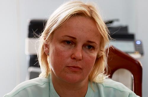 Người phụ nữ quốc tịch Nga tại công an. Ảnh: Xuân Ngọc