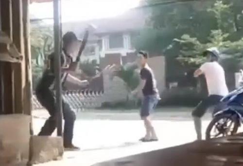 Ba thanh niên dùng dao lao vào chém nhau loạn xạ giữa phố. Ảnh: N. ĐN