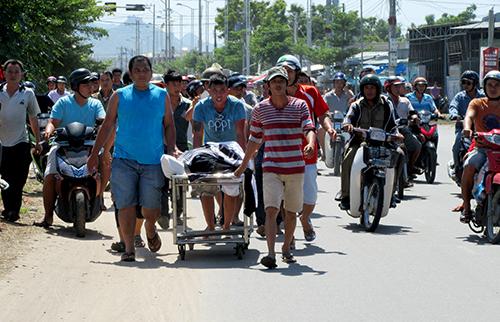 Người nhà đưa thi thể thanh niên lên băng ca đi giữa phố