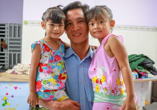 Nghẹn ngào cuộc sống của 2 bé gái bị trao nhầm ở Bình Phước sau 1 năm về gia đình