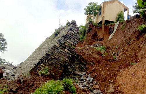 Sạt, lở đất phá hủy nhiều công trình phúc lợi xã hội trên địa bàn xã Thèn Phàng (Xín Mần).