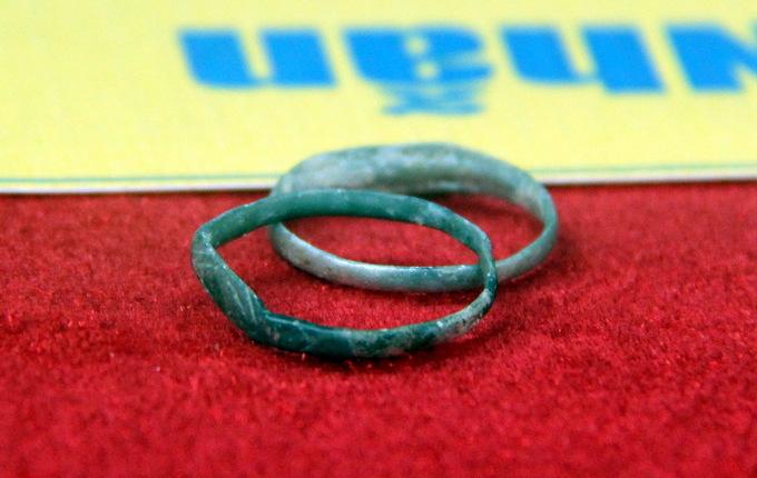 Cặp nhẫn bằng vỏ đạn trong hố chôn liệt sĩ ở sân bay Biên Hòa