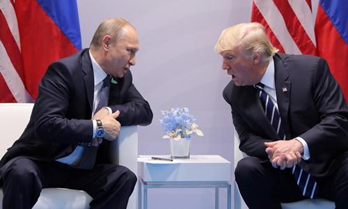 Tổng thống Nga Vladimir Putin (trái) và người đồng cấp Mỹ Donald Trump trong cuộc gặp ngày 7/7 ở Hamburg, Đức. Ảnh: Reuters.