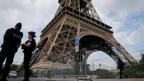 Xạ thủ, tên lửa và 'Quái thú' bảo vệ Trump ở Paris