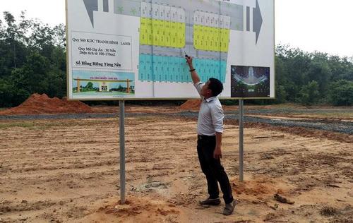 Một công ty gom đất người dân tự làm dự án, dù chưa hoàn thiện cơ sở hạ tầng nhưng vẫn rao bán với giá 500 triệu/ 100m2. Ảnh: Phước Tuấn