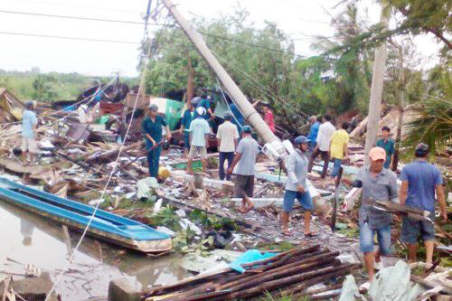 Lốc xoáy làm sập hàng chục căn nhà ở miền Tây