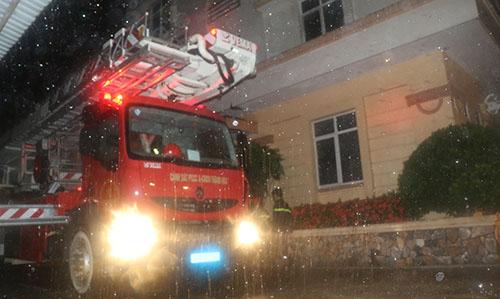 Cứu 7 người kẹt trong tòa nhà bốc cháy khi bão đổ bộ