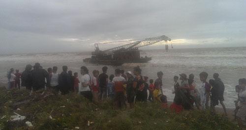 Hai con tàu lớn không người dạt vào bờ biển Thanh Hóa