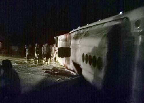 Hơn 40 người kêu cứu trong ôtô giường nằm bị lật