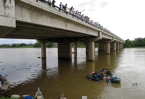 Ôtô húc gãy lan can cầu, lao xuống sông