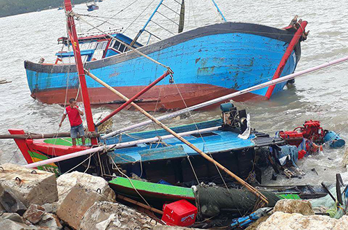Hàng chục tàu cá bị sóng hất tung lên bờ, vỡ nát