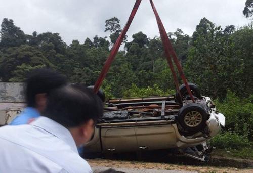 Xe khắc phục hậu quả bão bị lật xuống vực, 2 người tử vong
