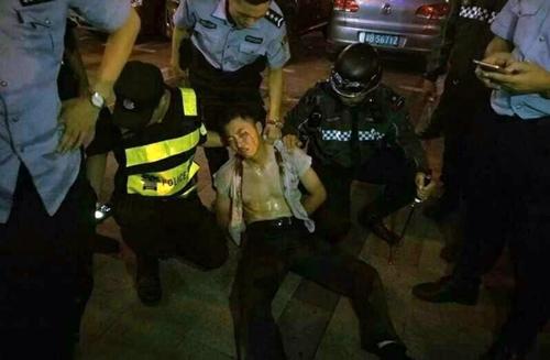 Cảnh sát bắt nghi phạm tấn công bằng dao. Ảnh: