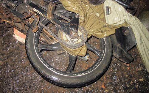 Người đàn ông bị áo mưa siết tử vong khi chạy xe máy