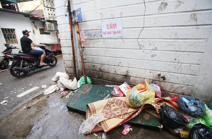 Rác thải bủa vây nhiều ngõ phố ở Thủ đô
