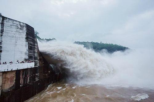 Thủy điện Hòa Bình xả lũ sau 3 năm