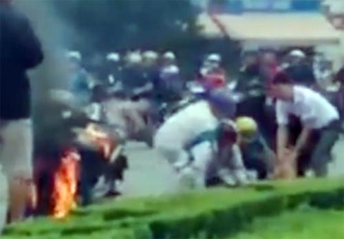 Người đàn ông đốt xe, đòi tự thiêu giữa vòng xoay