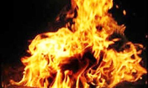Vợ bị chồng tưới xăng đốt vì nhắn tin điện thoại